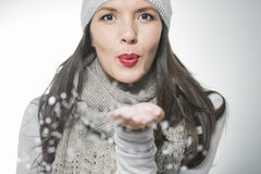Schlagschneeflocken der attraktiven Frau Stockfotos