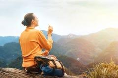 Schlagseifenblasen der Wandererfrau in den Bergen lizenzfreie stockfotografie