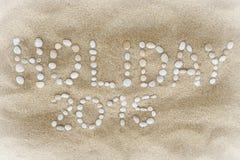 Schlagzeile des Feiertags 2015 bestanden aus weißen Strandkieseln Stockfotografie