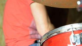 Schlagzeuger bei der Arbeit stock video