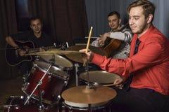 Schlagzeuger in der Aktion innerhalb des Studios Stockfoto