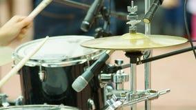 Schlagzeuger, der auf Becken spielt stock video
