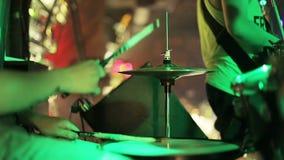 Schlagzeuger, der auf Trommelbecken schlägt stock video