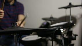 Schlagzeuger, der an der elektronischen Trommelausrüstung spielt stock video