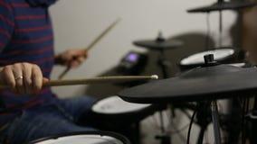 Schlagzeuger, der an der elektronischen Trommelausrüstung spielt stock footage
