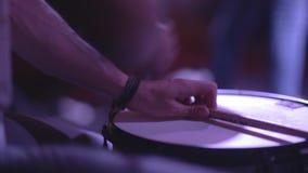 Schlagzeuger, der die Trommel spielt stock video footage