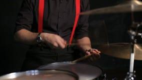 Schlagzeuger, der die Trommeln spielt stock video