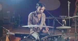 Schlagzeuger, der einen Satz elektronische Trommeln in einem Studio spielt stock footage