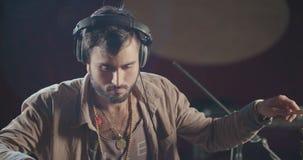 Schlagzeuger, der einen Satz elektronische Trommeln in einem Studio spielt stock video