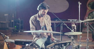 Schlagzeuger, der einen Satz elektronische Trommeln in einem Studio spielt stock video footage
