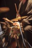 Schlagzeuger, der mit Stöcken in seinen Händen durchführt Lizenzfreies Stockbild