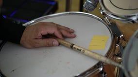 Schlagzeuger, der Stoß auf Konzert spielt stock video