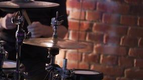 Schlagzeuger, der Stoß am Konzert spielt stock video footage