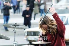 Schlagzeuger, der Trommeln auf blured Stadthintergrund spielt Straßenmusiker, der mit Trommel durchführt Mann, der Trommeln auf lizenzfreie stockbilder