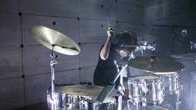 Schlagzeuger in der Wiederholung Rauchen Sie Hintergrund stock video footage