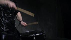Schlagzeuger im Regenabschluß oben stock video