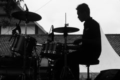 Schlagzeuger im Schatten stockbild
