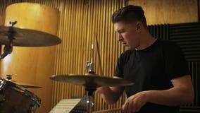 Schlagzeuger Playing ein Trommel-Satz stock video