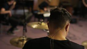 Schlagzeuger Playing eine Trommel eingestellt gesehen von der Rückseite stock video footage
