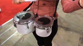 Schlagzeuger sind Schlag in der Trommel stock video footage