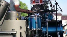 Schlagzeuger spielt auf der Straße am Konzert, mittlerer Schuss, draußen stock footage