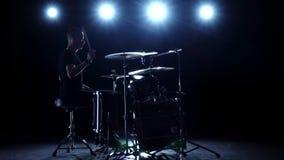Schlagzeuger spielt die Melodie auf den Trommeln Energie- Schwarzer Hintergrund Rückseitige Leuchte Schattenbild Langsame Bewegun stock footage