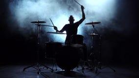 Schlagzeuger spielt die Melodie auf den Trommeln Energie- Schwarzer Hintergrund Schattenbild Langsame Bewegung stock footage