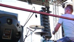 Schlagzeuger spielt die Trommeln, die durchschnittlichen Plan soundlights stock footage