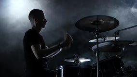 Schlagzeuger spielt Energiemusik auf der Trommel Schwarzer Hintergrund Weicher Fokus Langsame Bewegung stock video footage
