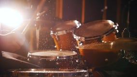 Schlagzeuger spielt Musik auf nassen Trommeln im Studio in einer Garage stock video
