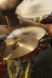 Schlagzeugerausrüstung am Konzert in den dynamischen Lichtern Stockfotos