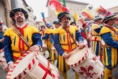 Schlagzeugerparade durch die Straßen von Florenz Stockbild