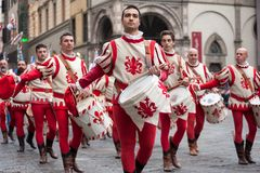 Schlagzeugerparaden durch die Straßen von Florenz Lizenzfreies Stockbild