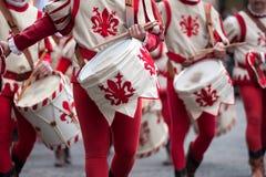 Schlagzeugerparaden durch die Straßen von Florenz Lizenzfreie Stockbilder