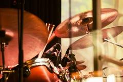 Schlagzeugerspiele auf den Becken, im altem Stil Stockfoto