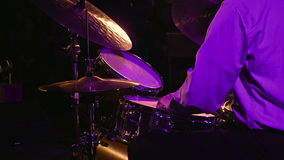 Schlagzeugerspiele auf Trommelsatz und -becken stock footage
