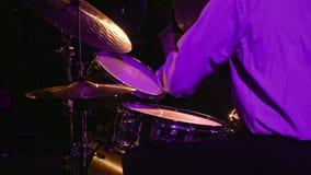 Schlagzeugerspiele auf Trommelsatz und -becken stock video