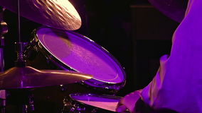 Schlagzeugerspiele auf Trommelsatz und -becken stock video footage