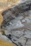 Schlamm, der an geothermischem Bereich Hverir und Namaskard, Island sprudelt und kocht stockfotos