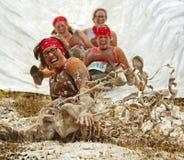 Schlamm-Lauffrauen-Dia-Spaß Stockbilder