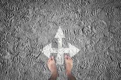 Schlamm shoeprints mit barfüßigarbeitskrafthintergrund Stockbild