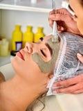 Schlammgesichtsmaske der Frau im Badekurortsalon Nahaufnahme einer jungen Frau, die Badekur erhält Stockbilder