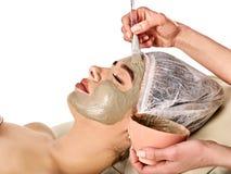 Schlammgesichtsmaske der Frau im Badekurortsalon Nahaufnahme einer jungen Frau, die Badekur erhält Stockbild