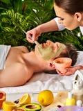 Schlammgesichtsmaske des Mannes im Badekurortsalon Massage mit vollem Gesicht des Lehms Lizenzfreies Stockfoto