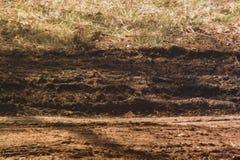 Schlammige Furchen verließen auf dem trockenen Gebiet lizenzfreie stockfotografie