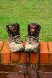 Schlammige Gegenstände des gehenden Stiefels stockfotografie