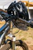 Schlammige schmutzige Mountainbike und Sturzhelm nicht für den Straßenverkehr stockfotografie