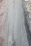 Schlammige Schotterweg- und Reifenbahnen Lizenzfreies Stockfoto
