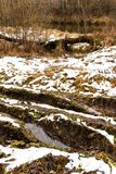 Schlammige Straße über gefrorenem Land Stockbilder