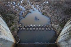 Schlammiger Wasserauslauf und Fluch stockbild